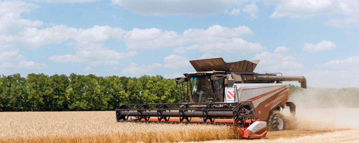 Российские аграрии до начала активной фазы уборки приобрели 1681 комбайн для подготовки к сбору урожая